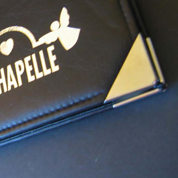 Menu-carte-cuir-veritable-marquage-a-chaud-angle-metallique