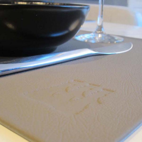 set-de-table-luxe-embossage-restaurant-menu-carte-hotel-cuir