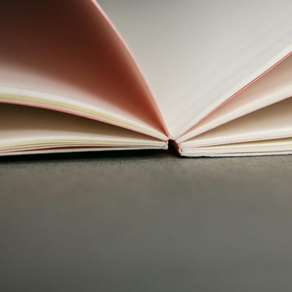 Brochure-dos-cousu-ouverture-a-plat