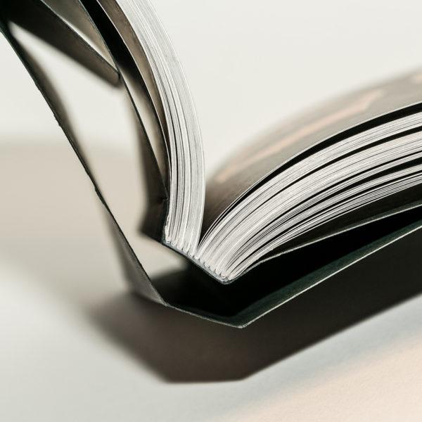 brochure-luxe-avec-sur-couverture-livre-dart