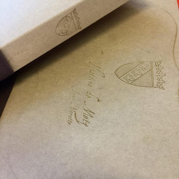 gravure-laser-papier-kraft-pochette-a-rabats
