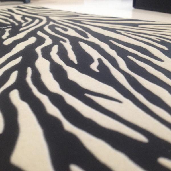 marquage-noir-sur-papier-floque-blanc-gaufrage