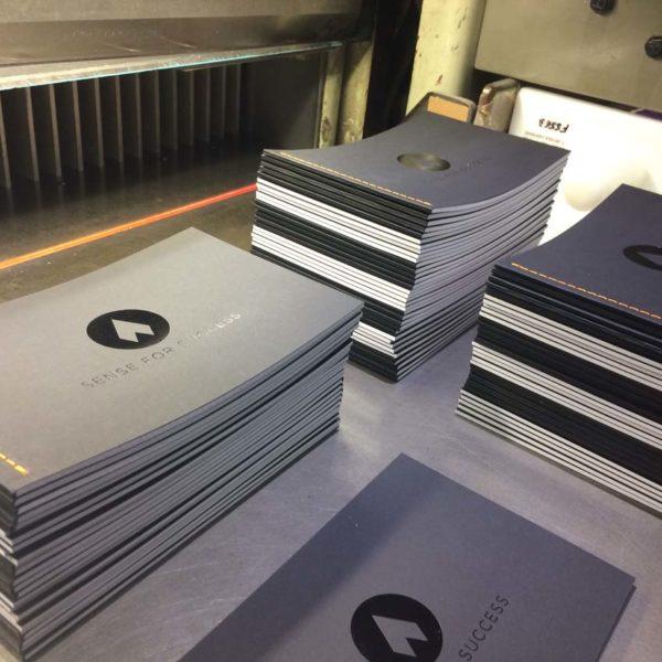 reliure-couture-singer-couleur-brochure-imprimeur