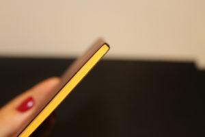 petit carnet avec couverture marron et feuilles jaunes