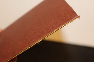 carnet marron avec couture Singer jaune