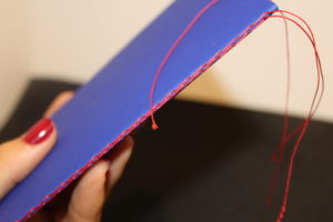 carnet bleu avec couture Singer rouge