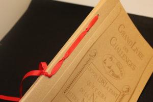 reliure japonaise avec ruban rouge sur carnet en carton