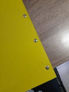 carnet jaune avec reliure à vis